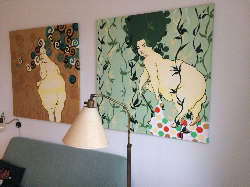 De to skønne damer her er malet af Anne Gry Daugård. Billederne købte vi helt tilbage mens jeg stadig studerede og var på SU.