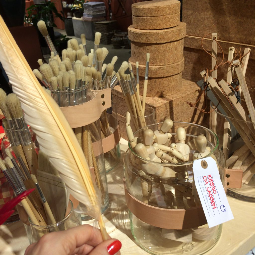 Naturlige materialer som træ, kork og fjer var gennemgående på langt de fleste stande i år.