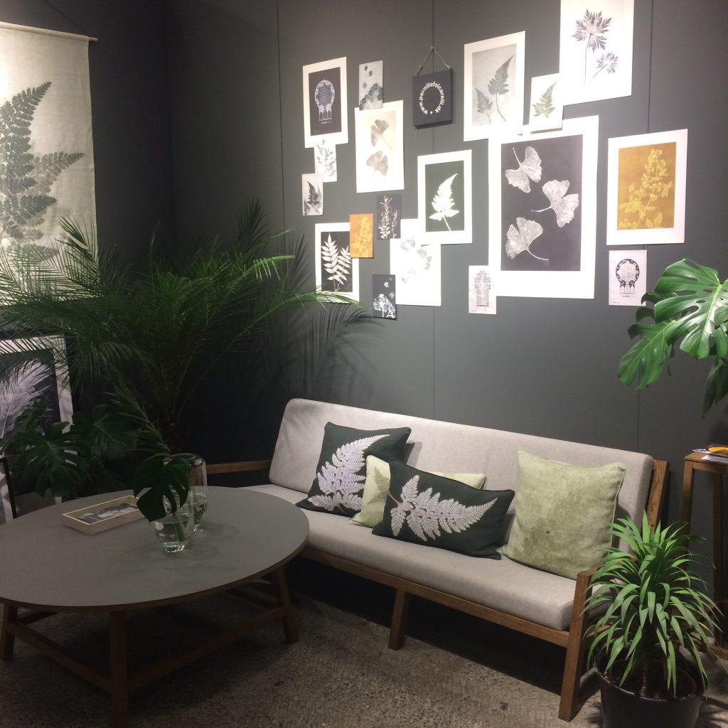 Pernille Folcarellis stand, hvor kunsttryk og grønne planter skaber stemning.
