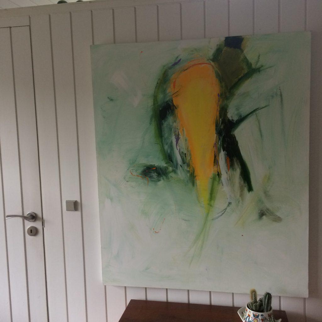 Forårsstemning i stuen med maleriet af Lotte Wøldiche Præstgaard.